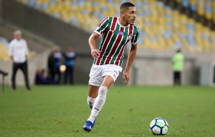 Fluminense renova contrato com lateral até 2022