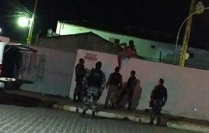 Jovem tenta cometer suicídio pulando de torre de telefonia no centro de Monteiro
