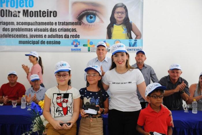 Primeira etapa da entrega dos óculos do programa Olhar Monteiro aconteceu nesta sexta