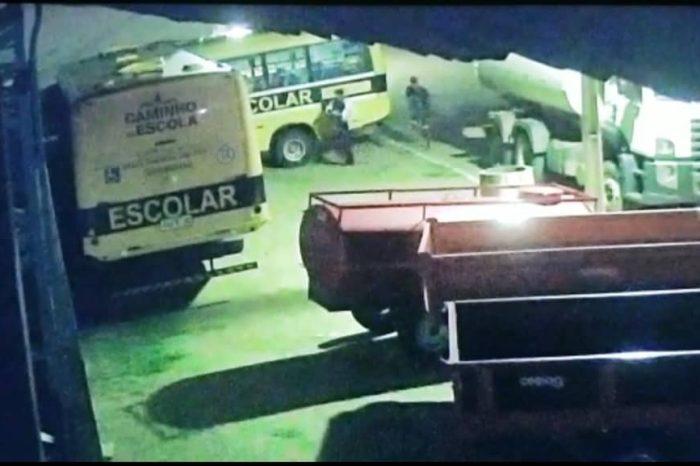 Câmeras registram momento em que dupla furta baterias de veículos de prefeitura no Cariri