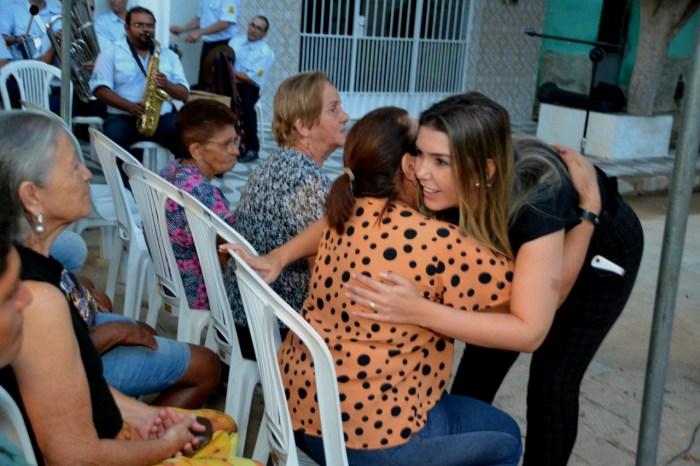 Moradores da Rua Sebastião Aquino Bezerra, recebem a prefeita Anna Lorena com festa