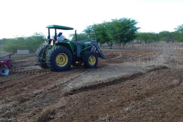 Prefeitura de Sumé inicia corte de terra para os agricultores do município