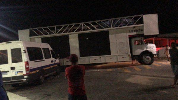 Trio elétrico desgovernado atinge veículo durante festejos na cidade de Soledade