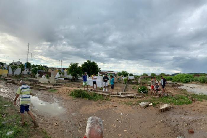 MOÍDOS DA REDAÇÃO: Forte chuva alaga casas e causa danos em São Sebastião do Umbuzeiro