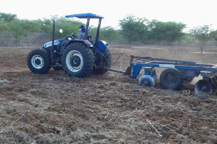 Prefeitura de Sumé atende 1.154 agricultores com serviço de araçao de terras