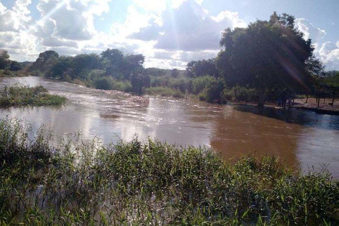Águas da Transposição se juntam as das chuvas e chegam ao açude de Boqueirão
