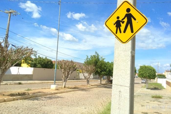 Em Monteiro: MONTRAN implanta sinalização vertical de advertência em áreas escolares
