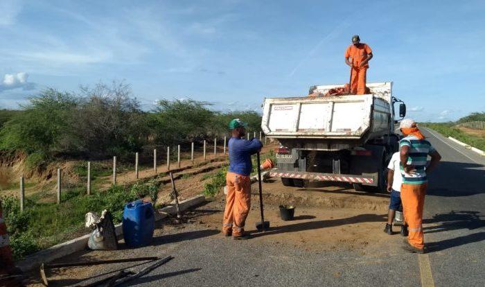 DER realiza reparo no trecho da rodovia entre Barra de São Miguel e Riacho de Santo Antônio