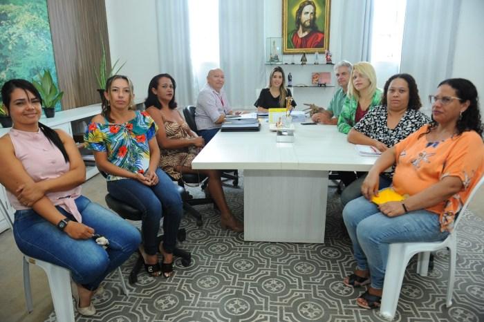 Prefeita Anna Lorena recebe mães de crianças autistas e presidente da APIPCD