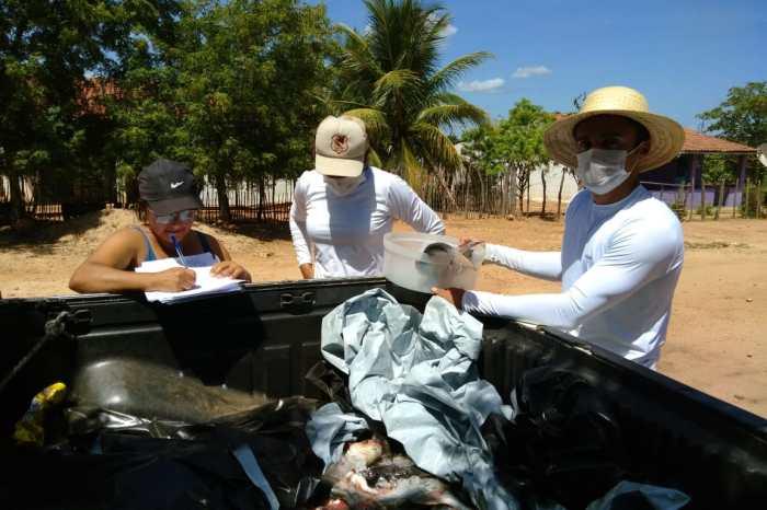 Prefeitura da Prata distribui peixes e ovos de páscoa para crianças e famílias carentes