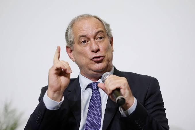Ciro protocola pedido de impeachment de Bolsonaro