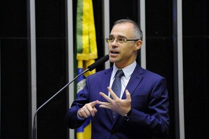 Bolsonaro nomeia Mendonça no Ministério da Justiça e amigo da família para PF