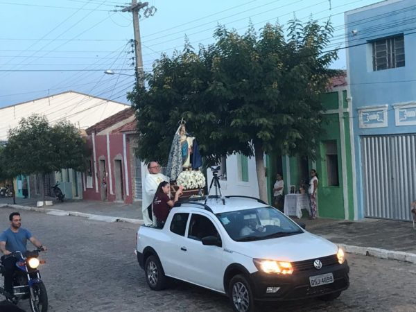 Imagem de Nossa Senhora dos Milagres percorre ruas de São João do Cariri