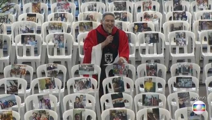 Padre Marcelo Rossi celebra missa com fotos de profissionais de saúde