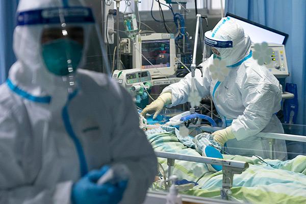 Brasil tem 1ª queda na média móvel de mortes por coronavírus