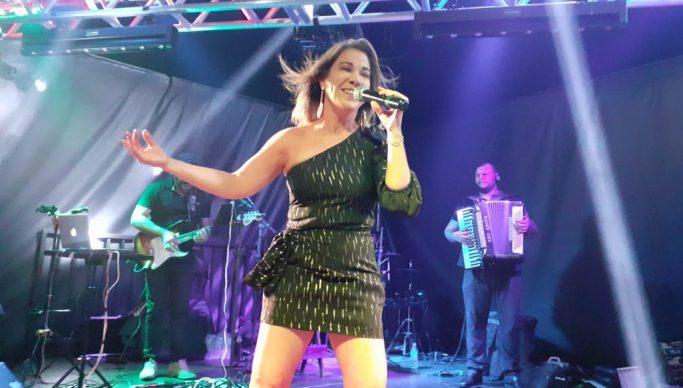 Ex-cantora de Magníficos faz live para ajudar Hospital Napoleão Laureano