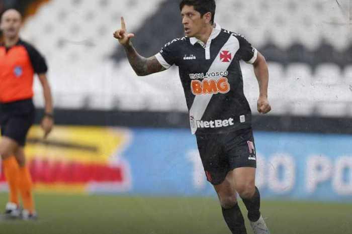 Atacante argentino marca três gols na volta do Vasco ao futebol