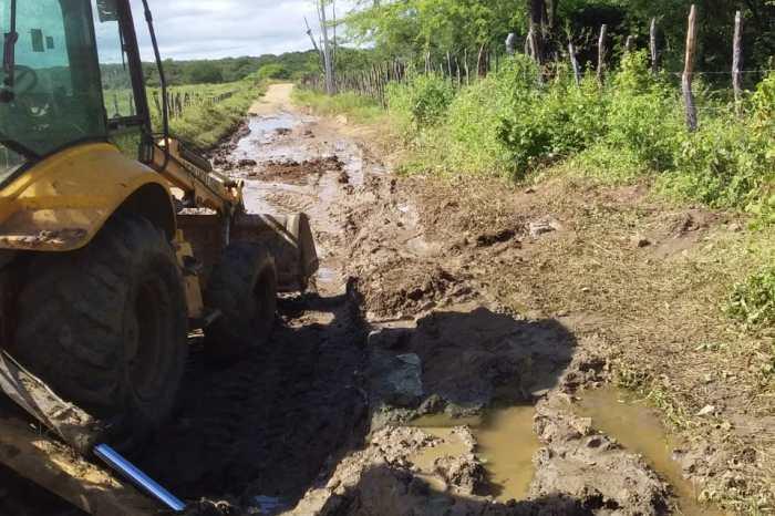 NOVOS CAMINHOS: Prefeitura de Monteiro inicia recuperação de estradas de 7 comunidades