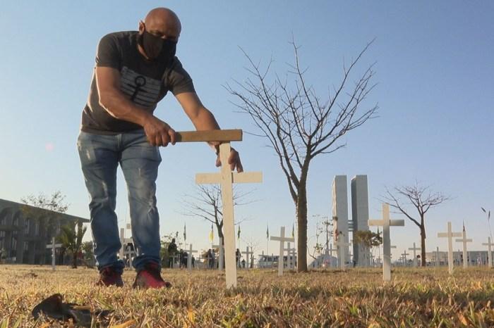 Cruzes lembram vítimas da Covid-19 em protesto na Esplanada