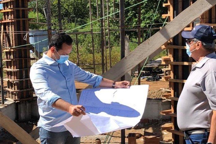 Prefeito de Sumé visita obra de abastecimento d'água que beneficiará centenas de cidadãos da região