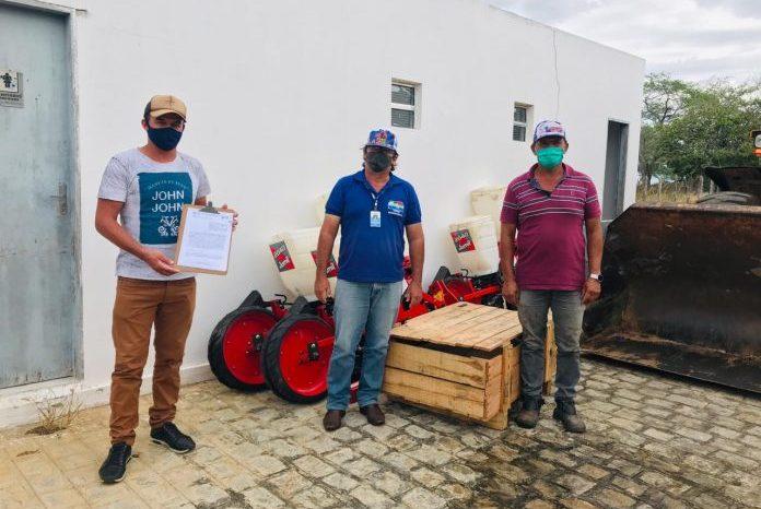 Criadores de caprinos de Gurjão são contemplados com máquina pelo Governo do Estado