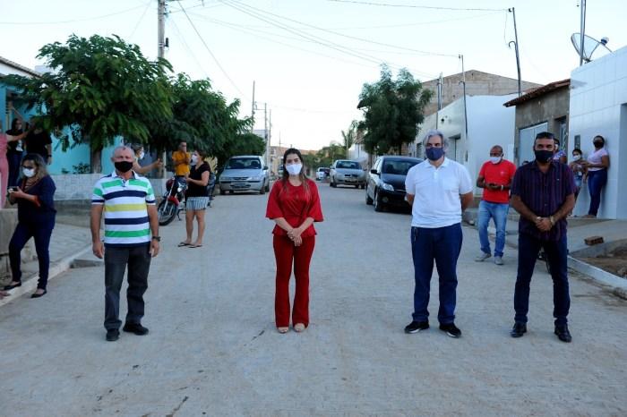 Anna Lorena entrega pavimentação da Rua Francisco Batista de Freitas e da Travessa Joventino Pereira