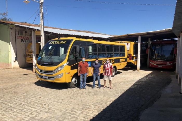 Prefeito de Sumé consegue novo ônibus escolar junto ao governo do estado