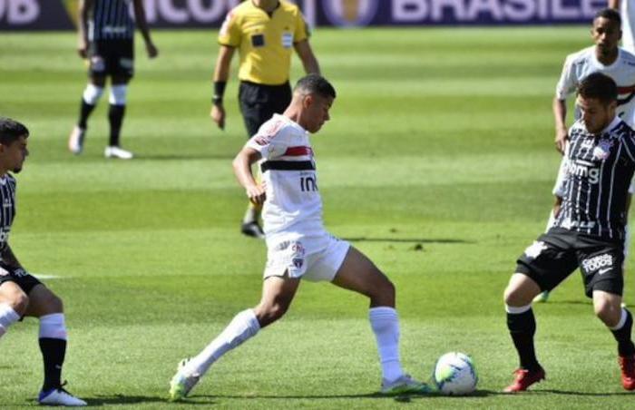 São Paulo marca nos acréscimos e vence clássico paulista contra Timão