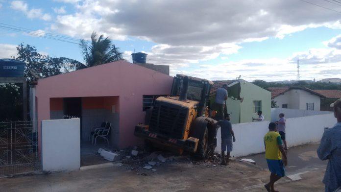 Em Serra Branca, máquina da prefeitura invade e provoca destruição parcial de casas
