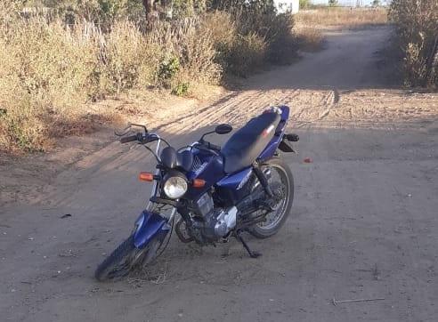 PM recupera moto e arma branca supostamente usada no crime na cidade de Zabelê