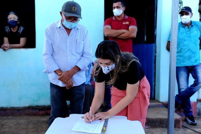 Pitombeira recebe Anna Lorena para assinatura de ordem de serviço de abastecimento