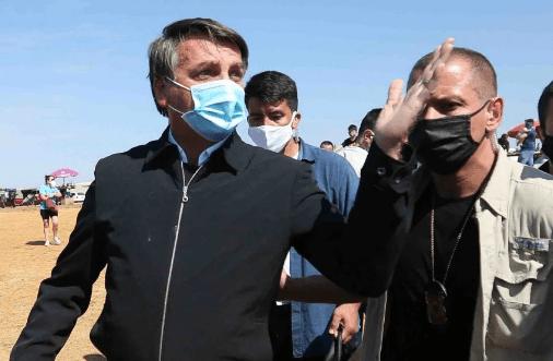 'Minha vontade é encher tua boca na porrada', diz Bolsonaro