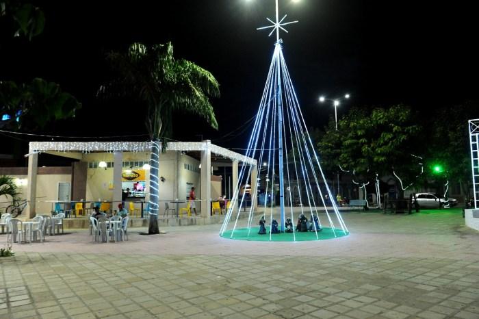 Iluminação de Natal encanta população e visitantes pelas ruas de Monteiro