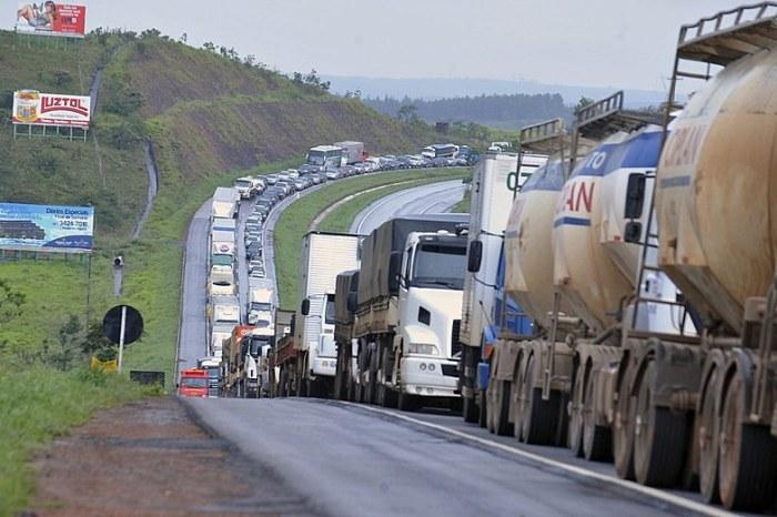 Bolsonaro apela, pedindo não, mas caminhoneiros dizem sim à greve