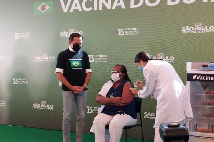 Após aprovação da vacina contra o Covid-19 pela ANVISA, enfermeira é a primeira vacinada no Brasil
