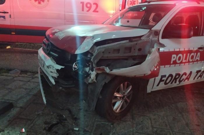Suspeitos batem moto em viatura da polícia, durante perseguição, e um deles morre, em Campina Grande