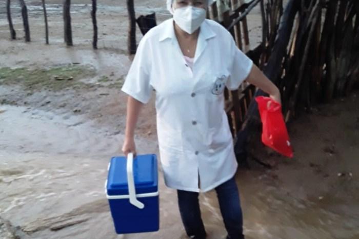 Compromisso e responsabilidade: Sob chuva ou sol, equipes de Sumé mantém vacinação