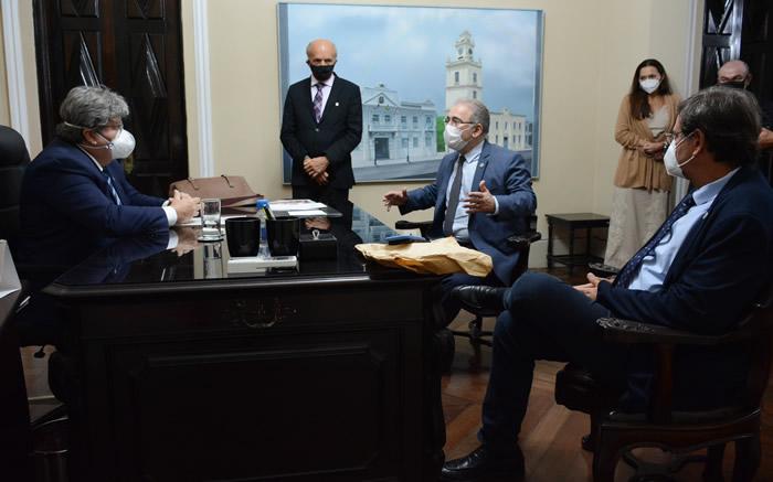 Governador recebe ministros e pleiteia habilitação de leitos de UTI e vacinas
