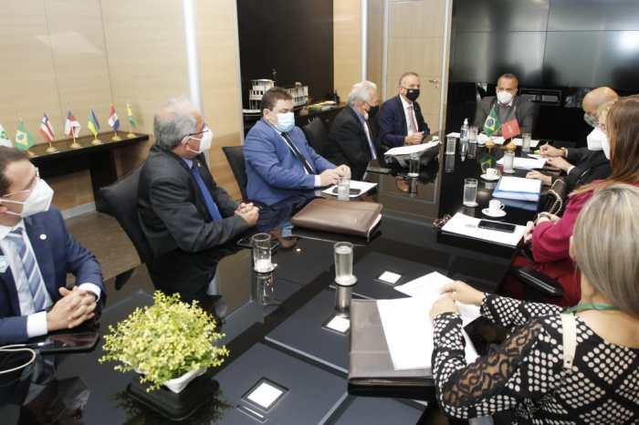 Em Brasília, Aguinaldo recepciona comitiva de prefeitos paraibanos e visita ministérios para levar demandas de município