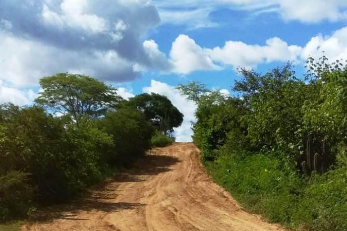 DER conclui patrolamento de rodovia estadual na zona rural de Monteiro
