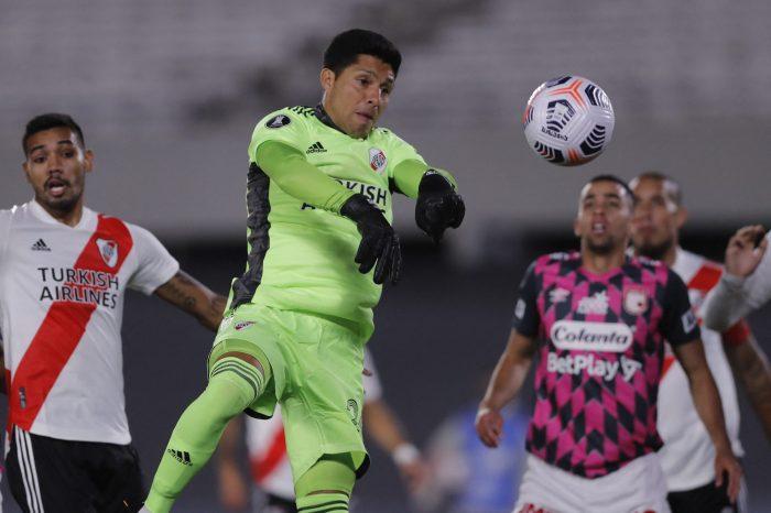 Com jogador de linha no gol e nenhum reserva, River Plate vence Santa Fé pela Libertadores