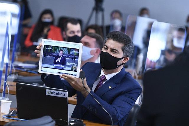 Senador mostra vídeos de governadores falando sobre cloroquina e causa tumulto