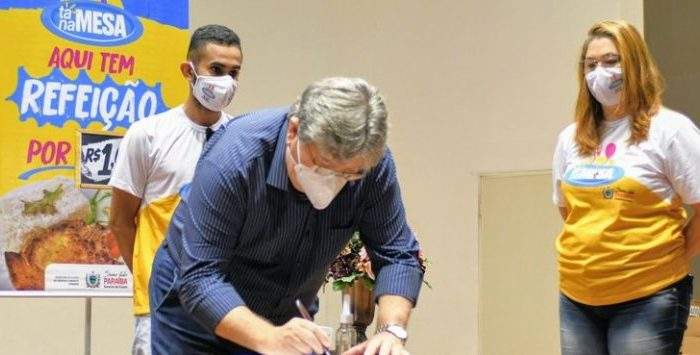 João Azevêdo assina contratos do programa Tá na Mesa e fortalece ações de segurança alimentar