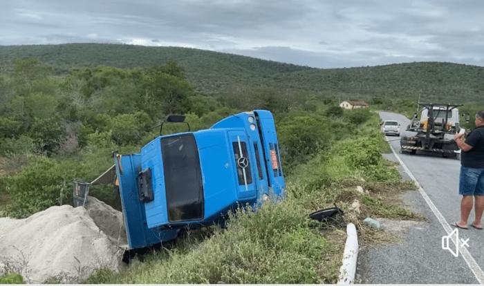Caminhão dirigido por ex-prefeito do Cariri tomba em acidente e causa apenas prejuízos materiais