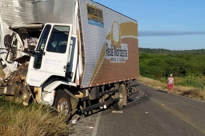 Colisão entre baú e caminhão pipa é registrada em cidade do Cariri
