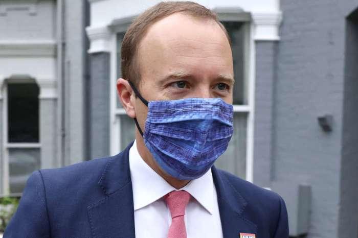 Ministro britânico da Saúde renuncia após ser flagrado beijando assessora
