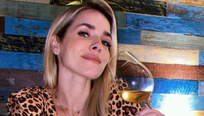 Monique Alfradique mostra quase tudo em clique de toalha e brinca: ''Biscoito de quarta''
