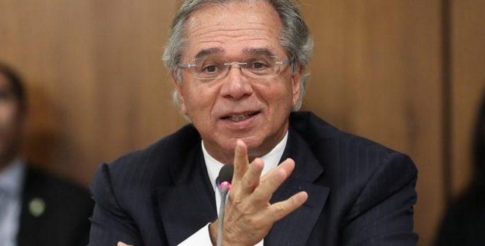 Paulo Guedes confirma que governo renovará auxílio emergencial 'por dois ou três meses'