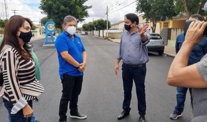 Adriano Galdino visita pavimentação em Serra Branca e promete lutar por mais investimentos