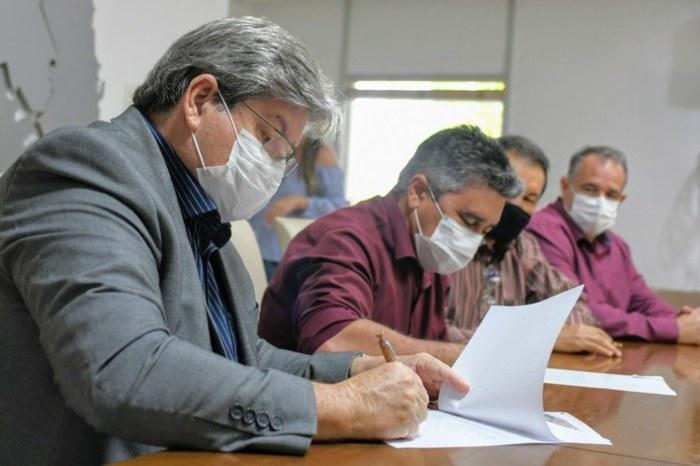 Ao lado de Aristeu Chaves, governador assina carta de intenções para implantação do Procase II